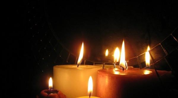 svijece-u-mraku